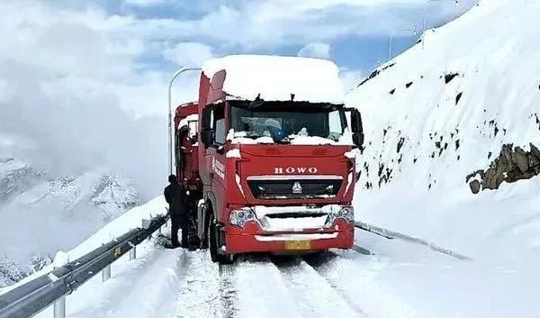 【关注】雪天路滑,卡友们切记行车安全最重要!