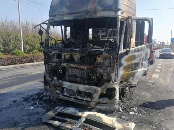 【物流】大货车等红灯时起火,被扑灭后车头已烧成空壳