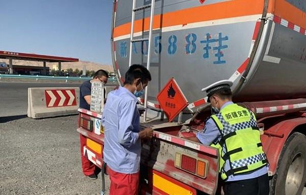 新疆:吐魯番高昌區交警大隊全面加強夏季?;愤\輸車輛管理