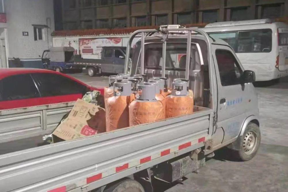 """12個液化氣罐""""藏身""""貨廂 公安縣一男子非法運輸危險物質被行拘"""