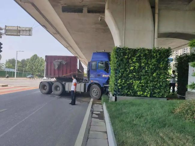 大貨車為避讓變道車輛撞向橋墩,立體綠化嚴重毀壞